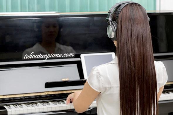 tu-the-ngoi-dan-piano-thang-lung