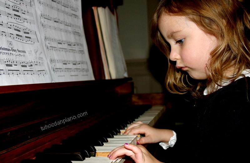 cho-tre-hoc-dan-piano-tu-may-tuoi